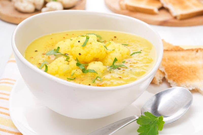 Sopa de la coliflor con el curry y la crema, primer imagen de archivo libre de regalías