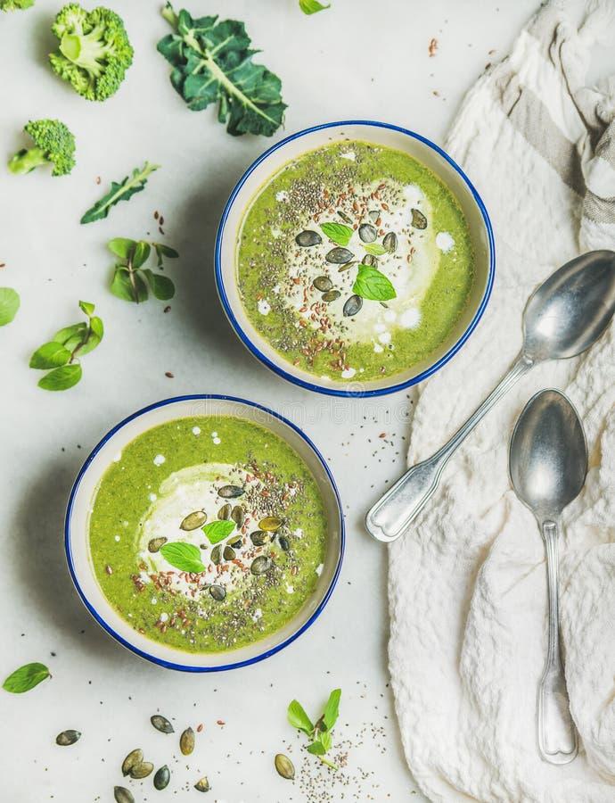 Sopa de la crema del bróculi del vegano de la primavera con crema de la menta y del coco imagen de archivo libre de regalías
