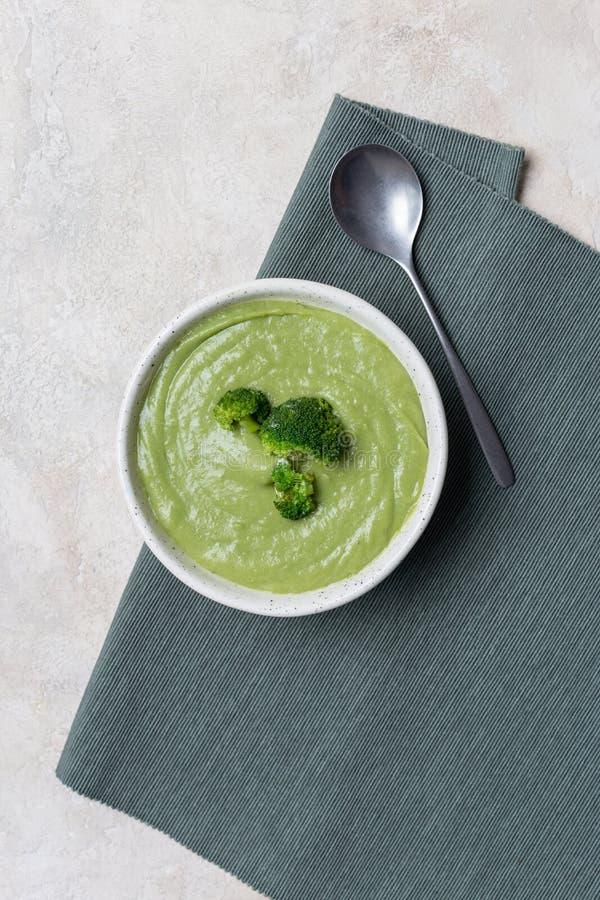 Sopa de la crema del bróculi en cuenco en la tabla fotografía de archivo