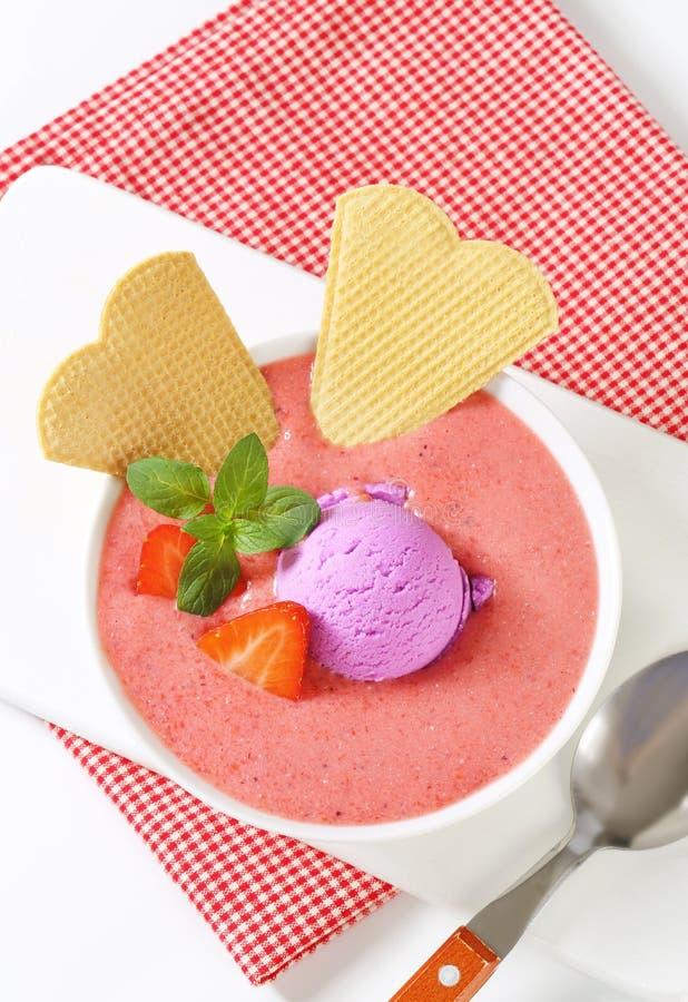Sopa de la fresa con helado imágenes de archivo libres de regalías