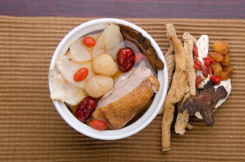 Sopa de la hierba del pollo en el crisol, estilo chino del alimento imagenes de archivo
