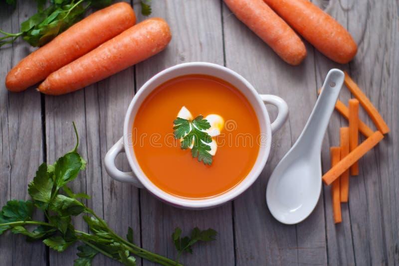 Sopa de la zanahoria en un cuenco de la porcelana fotos de archivo libres de regalías