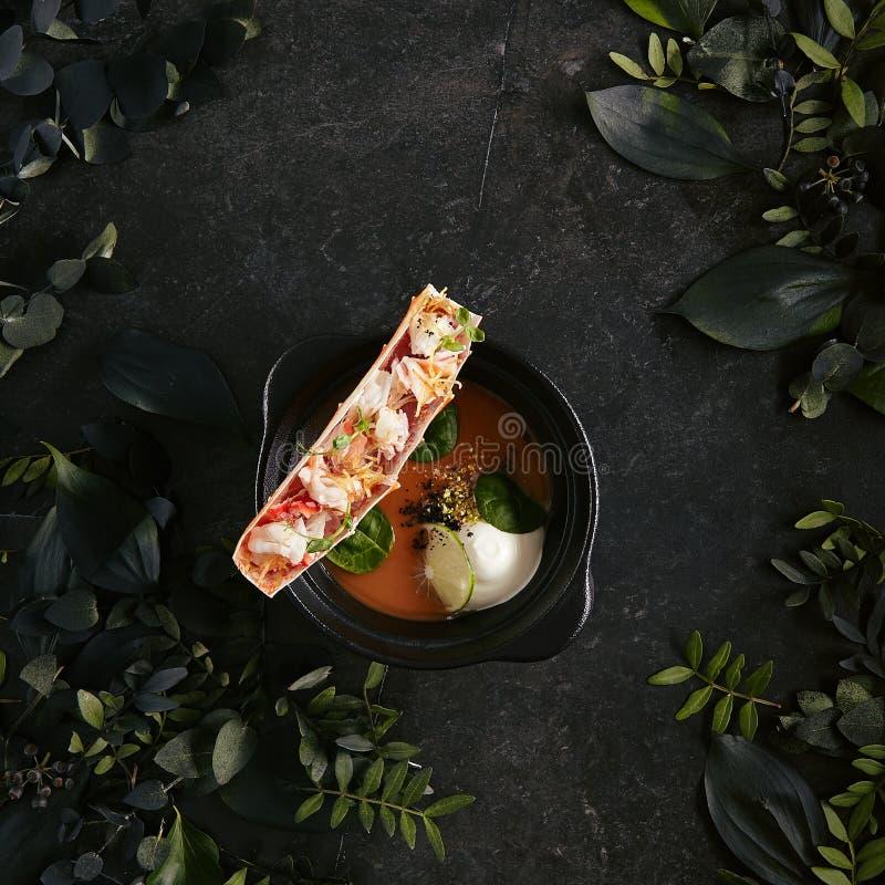 Sopa de langosta com carne de caranguejo nela opinião superior do pé ou sopa de frutos do mar ou sopa gourmet do marisco fotos de stock royalty free