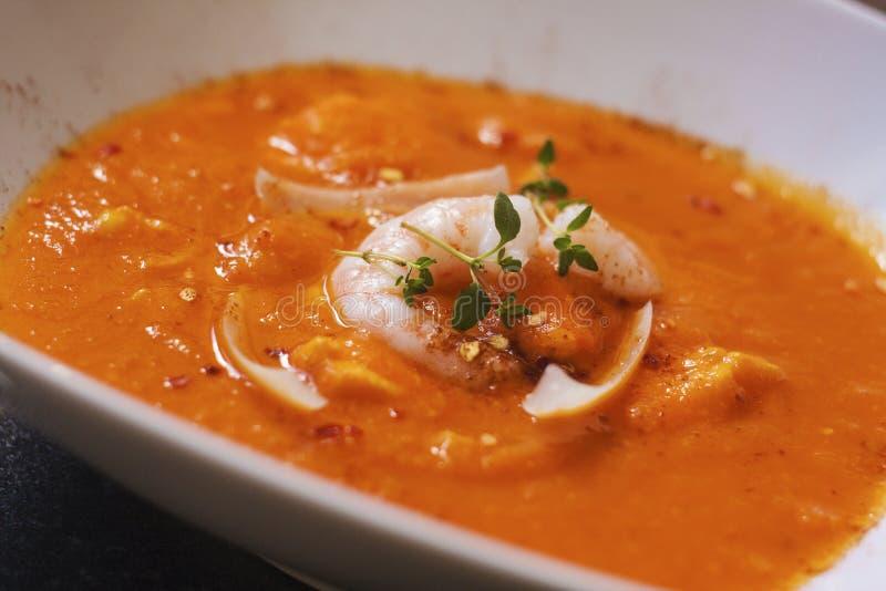 Sopa de las bullabesas La sopa deliciosa de los pescados con los shimps, pescados corta y las verduras fotografía de archivo