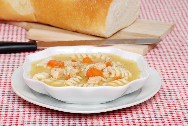 Sopa de las pastas del pollo con pan cocido al horno fresco foto de archivo