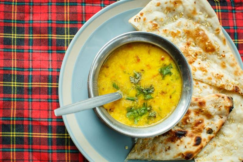 Sopa de lenteja y naan Cocina india fotografía de archivo