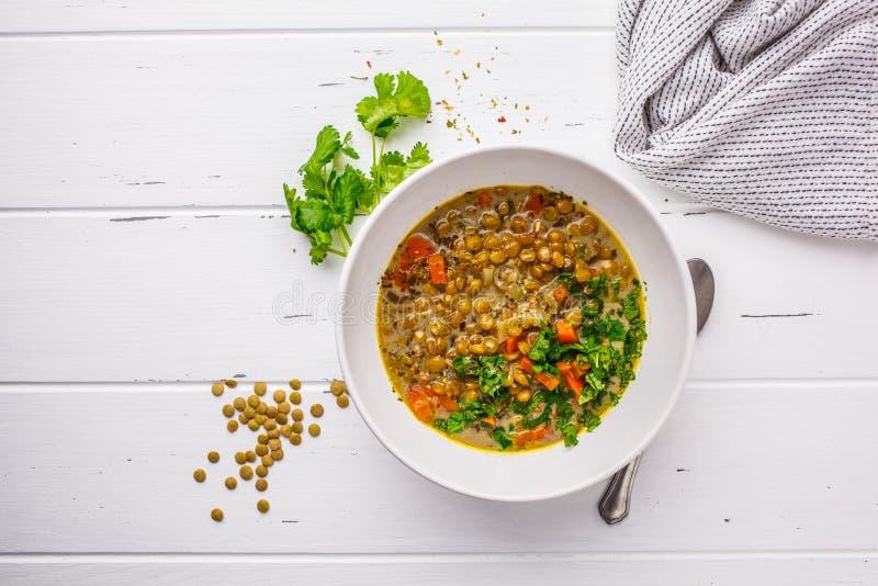Sopa de lentilha caseiro do vegetariano com vegetais e coentro, w branco foto de stock