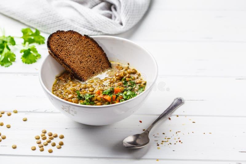 Sopa de lentilha caseiro do vegetariano com vegetais, pão e coentro imagens de stock