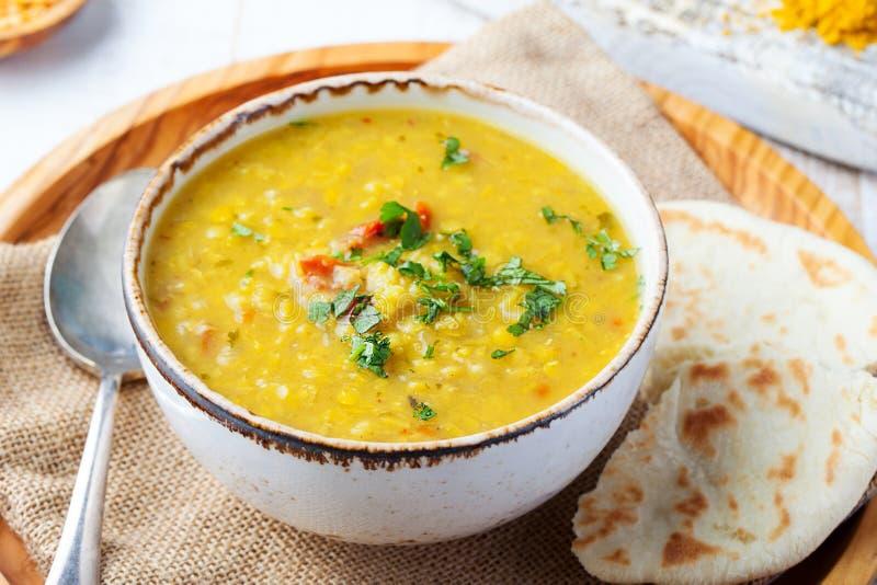 Sopa de lentilha com pão do pão árabe em uma bacia branca cerâmica em um fundo de madeira Fim acima fotos de stock