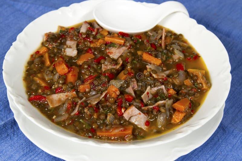 Sopa de lentilha da beluga com presunto e pimentas vermelhas fotos de stock royalty free