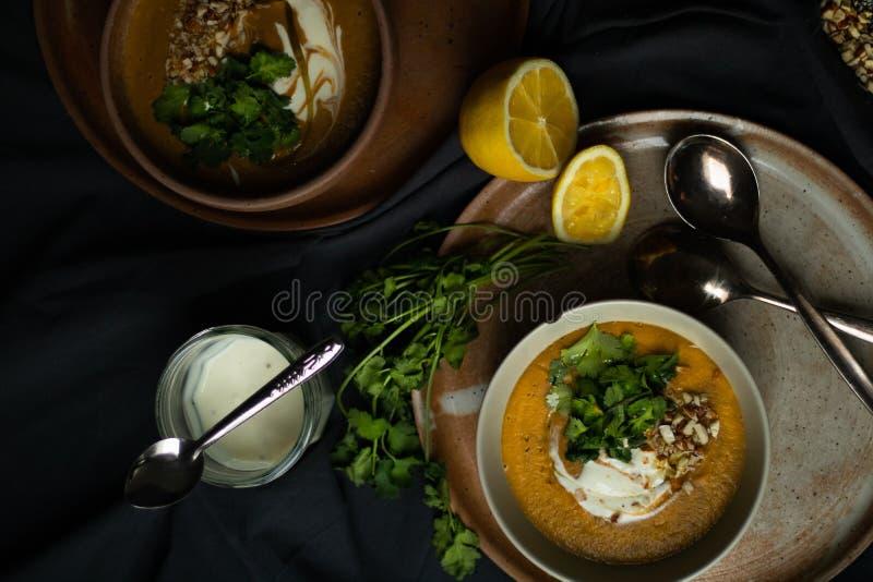 Sopa de lentilhas do vegetariano no claro-escuro fotografia de stock royalty free
