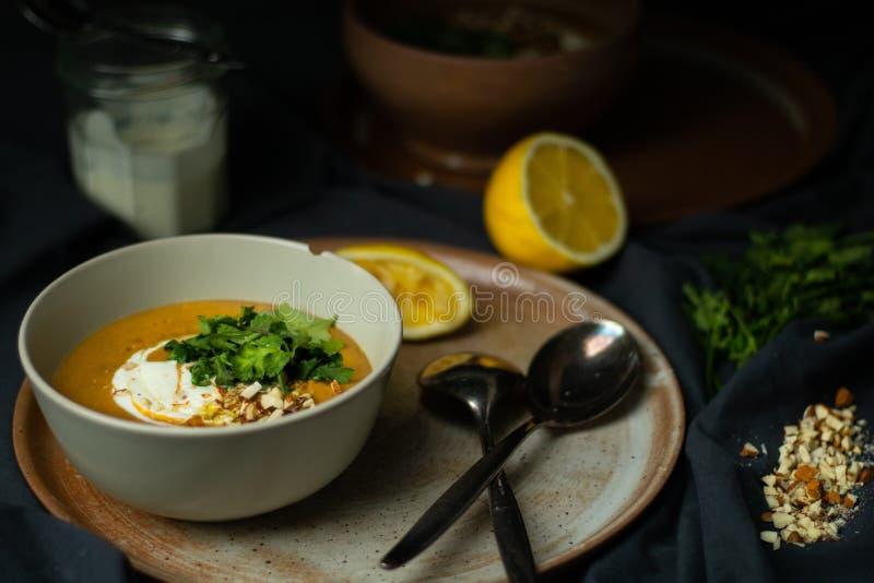 Sopa de lentilhas do vegetariano no claro-escuro foto de stock