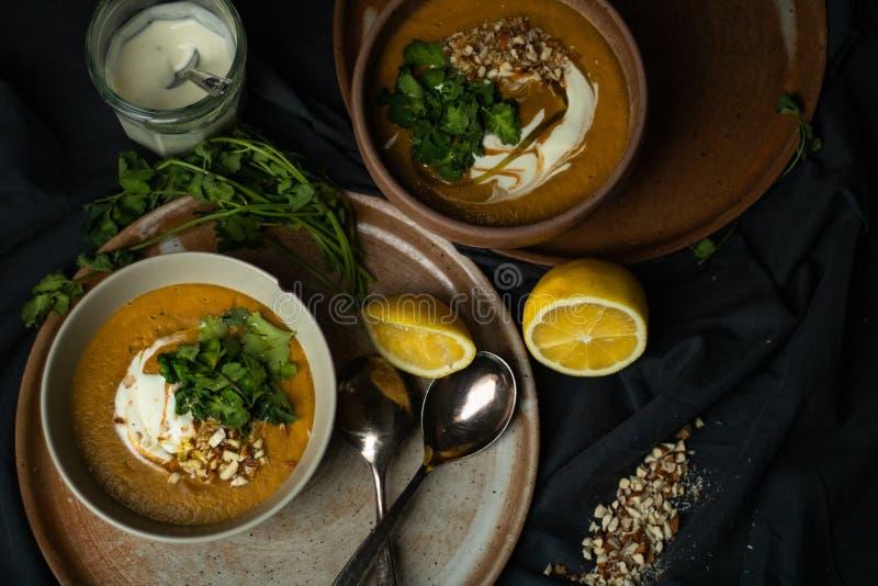 Sopa de lentilhas do vegetariano no claro-escuro foto de stock royalty free