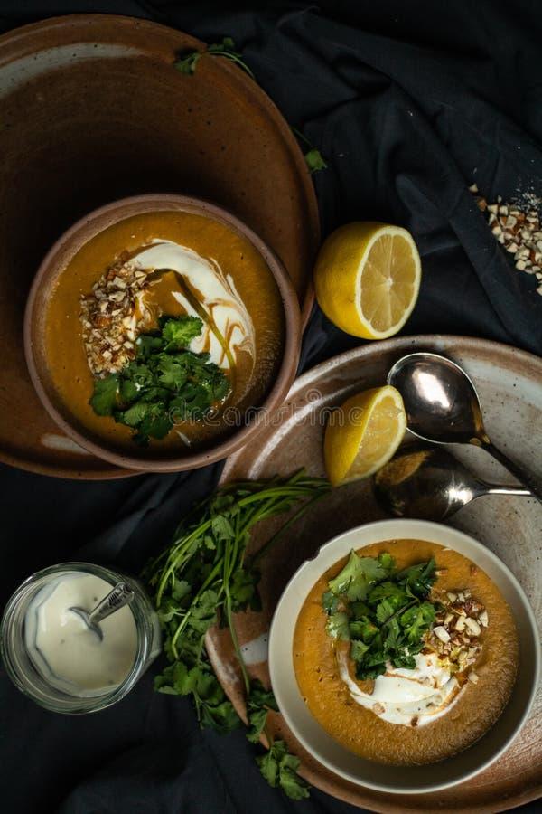 Sopa de lentilhas do vegetariano no claro-escuro fotos de stock