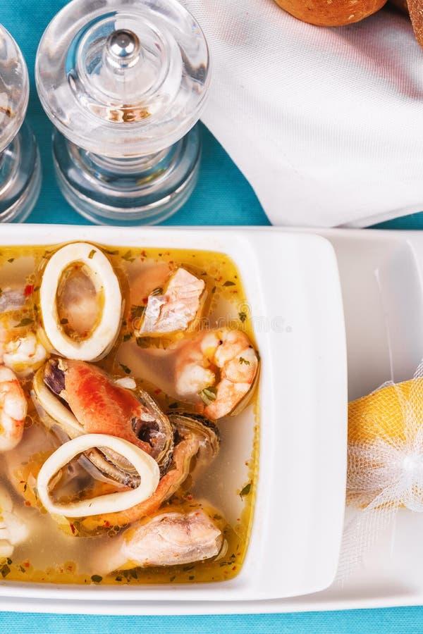Sopa de lulas, camarões e caranguejos do Mediterrâneo imagens de stock