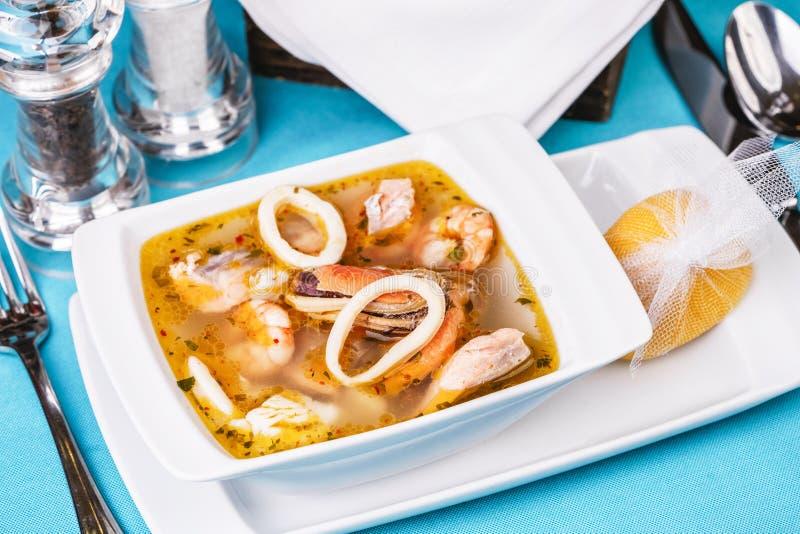Sopa de lulas, camarões e caranguejos do Mediterrâneo foto de stock
