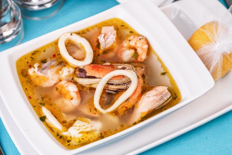 Sopa de lulas, camarões e caranguejos do Mediterrâneo fotografia de stock