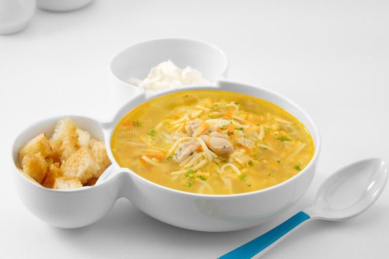 Sopa de macarrão russa e gostosa com as costas brancas foto de stock