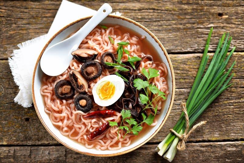 Sopa de macarronete asiática dos ramen com cogumelos Alimento saud?vel do vegetariano imagens de stock