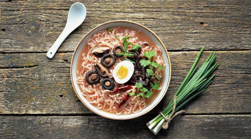 Sopa de macarronete asi?tica dos ramen com cogumelos Alimento saud?vel do vegetariano foto de stock