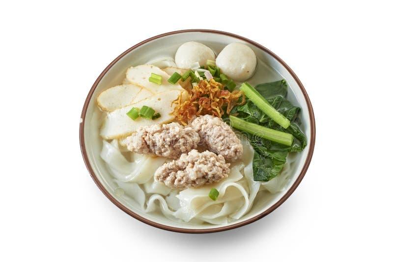 Sopa de macarronete branca lisa com ingredientes cozinhados fotos de stock royalty free