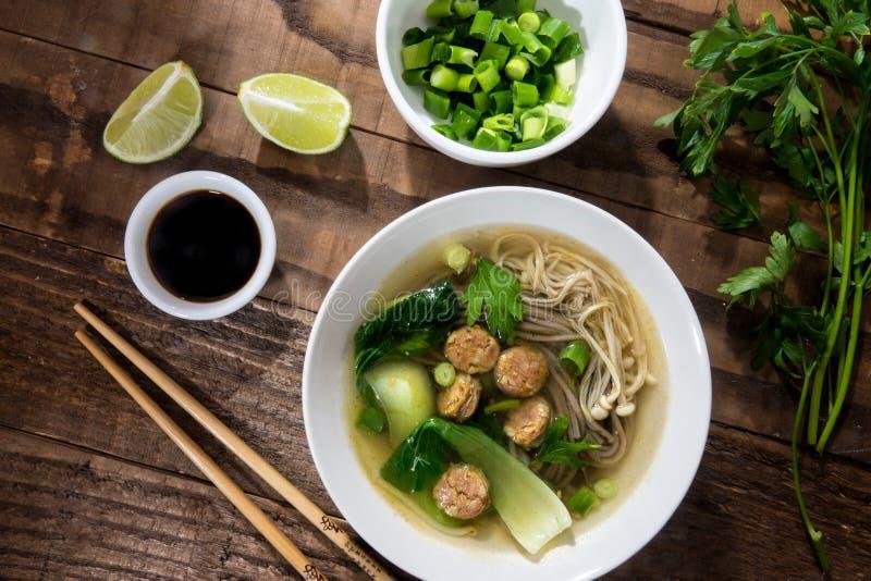 Sopa de macarronete chinesa com salsichas chinesas e os cogumelos japoneses imagem de stock royalty free
