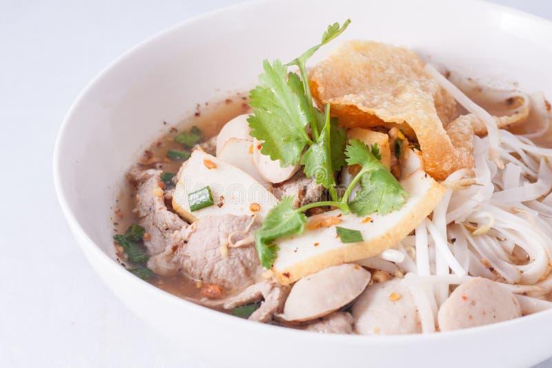 Sopa de macarronete com bola e carne de porco de peixes. fotografia de stock