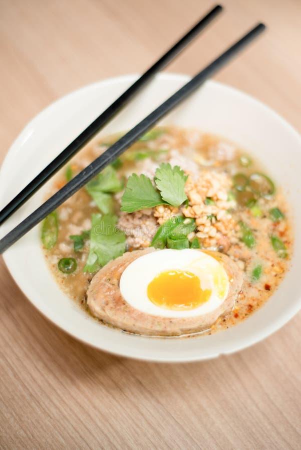 Sopa de macarronete com o ovo de fervura especial foto de stock