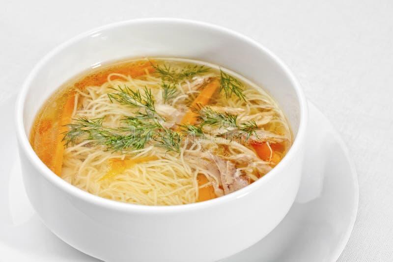 Sopa de macarronete da galinha - caldo. fotos de stock royalty free