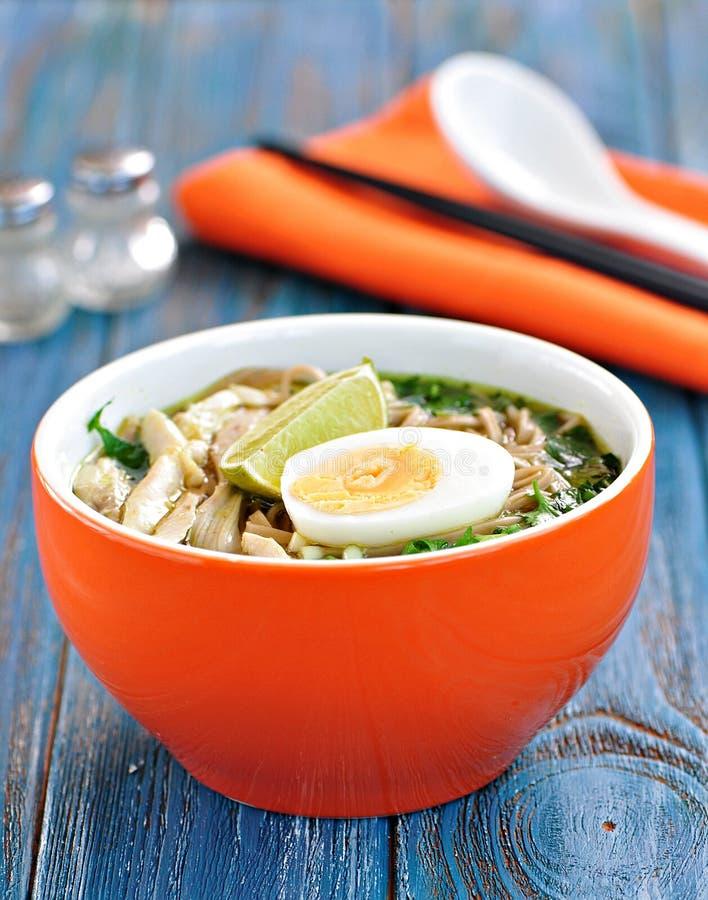 Sopa de macarronete da galinha com pimenta de cebola verde, de gengibre, de coentro e de pimentão Culinária asiática imagem de stock