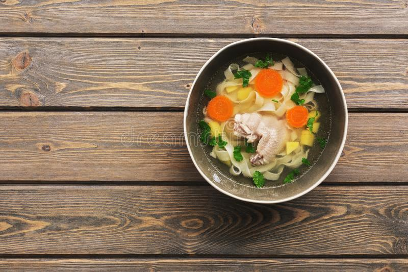 Sopa de macarronete da galinha em uma tabela de madeira da prancha Vista superior, espaço da cópia imagem de stock royalty free