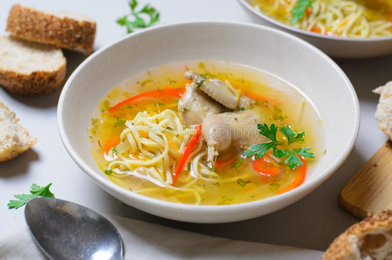 Sopa de macarronete das codorniz, caldo caseiro com macarronetes e vegetais servidos com sopa do pão Rolls, do Zama, do Moldavian imagem de stock