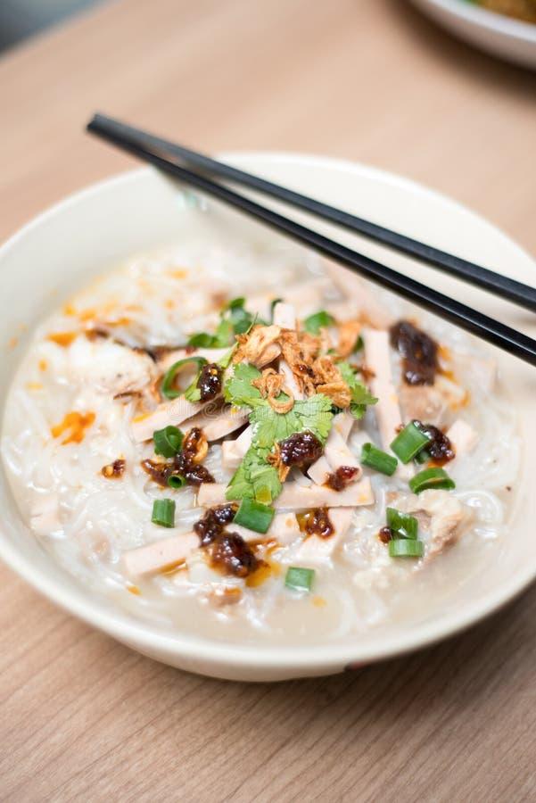 Sopa de macarronete do arroz com rolo da carne de porco da fatia fotografia de stock royalty free