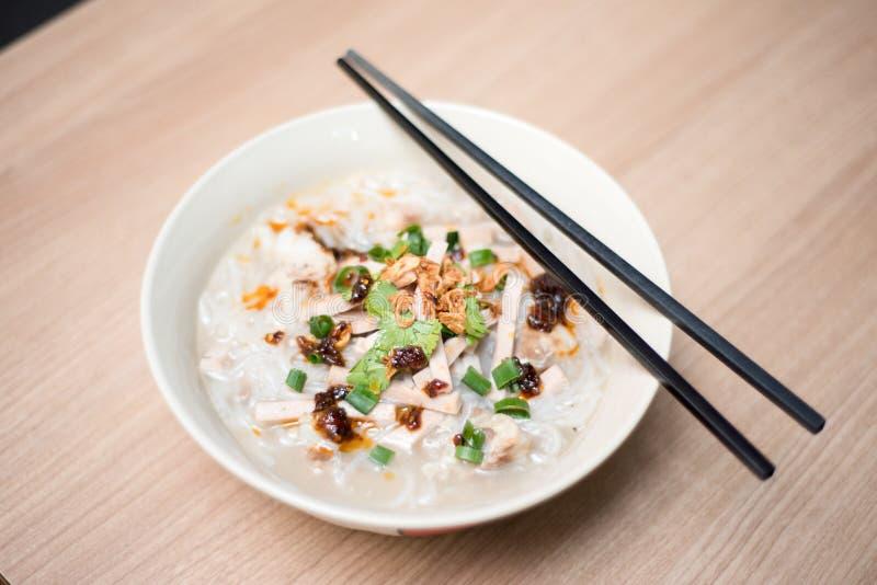 Sopa de macarronete do arroz com rolo da carne de porco da fatia imagens de stock royalty free