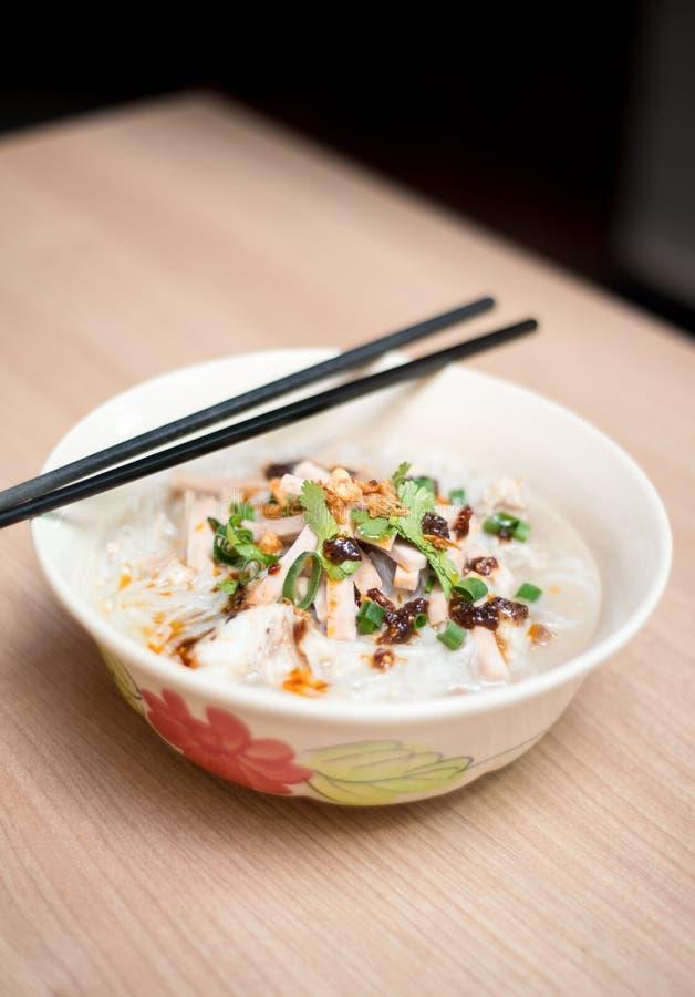 Sopa de macarronete do arroz com rolo da carne de porco da fatia imagem de stock royalty free