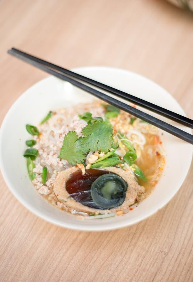 Sopa de macarronete do arroz com rolo da carne de porco da fatia imagens de stock