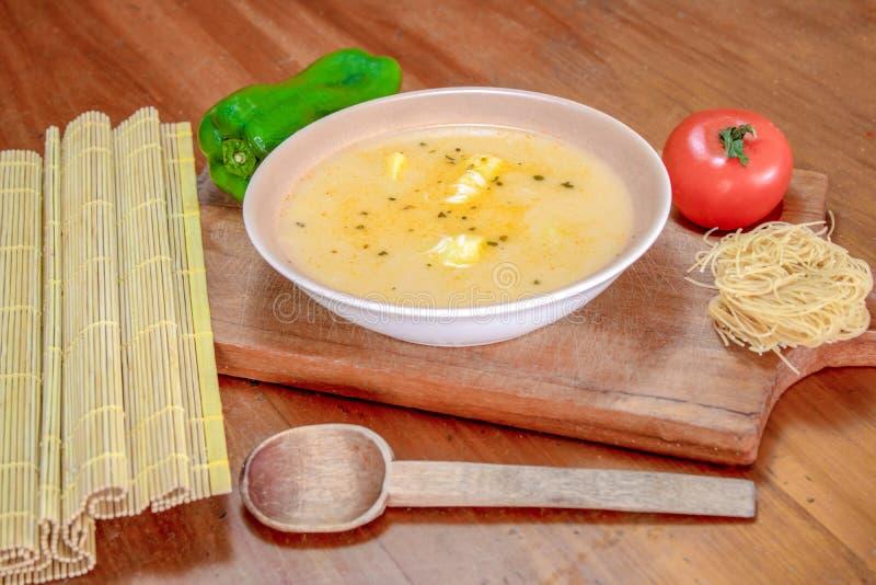Sopa de macarronete no fundo de madeira imagem de stock