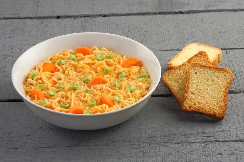 Sopa de macarronete saboroso caseiro imagem de stock