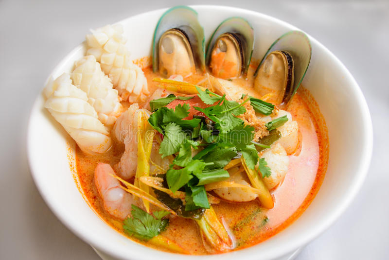 Sopa de macarronete tailandesa do marisco imagens de stock royalty free