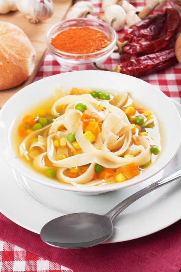 Sopa de macarronete vegetal imagem de stock royalty free