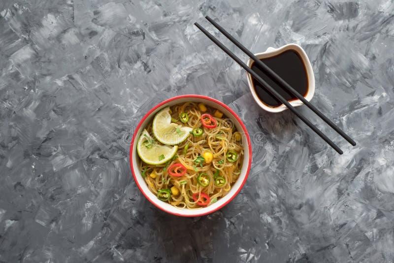 Sopa de macarronete vermelha tailandesa do caril Sopa asiática picante fotografia de stock