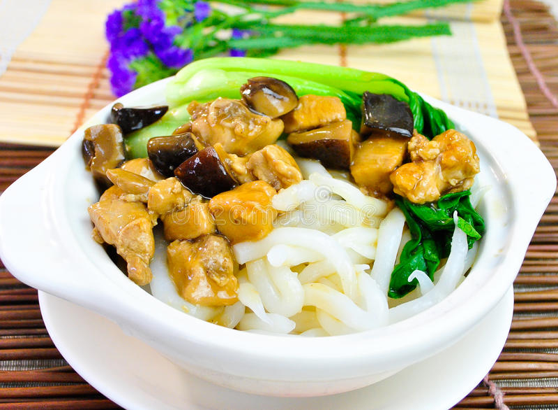 Sopa de macarronetes do arroz com galinha e vegetal imagem de stock