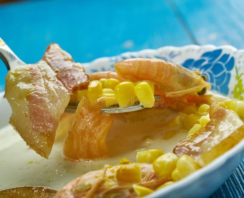 Sopa de peixe do bacon, do camarão e de milho imagens de stock