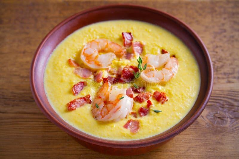 Sopa de peixe do camarão, do bacon e de milho Sopa vegetal do milho cremoso com camarões e bacon imagem de stock