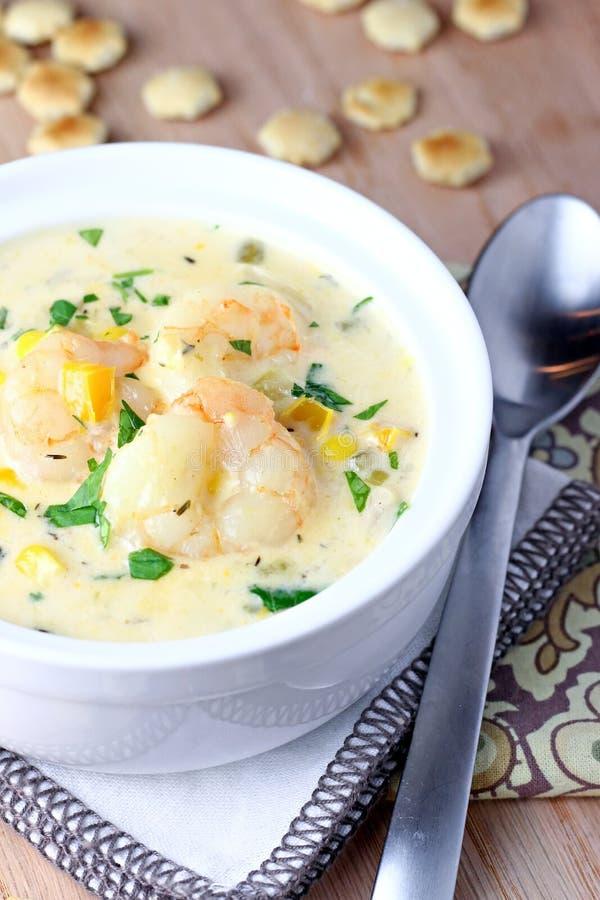 Sopa de peixe do camarão e de milho imagens de stock royalty free
