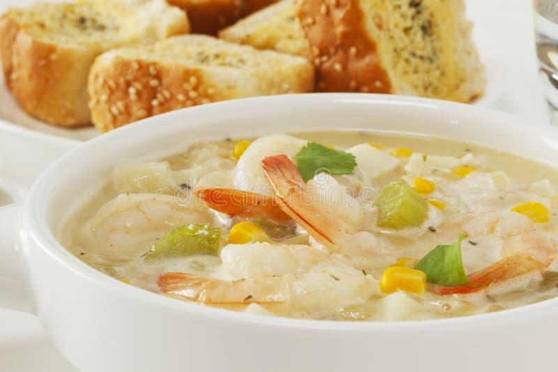 Sopa de peixe do camarão em uma bacia imagens de stock