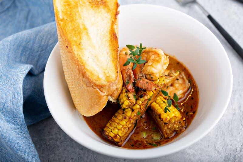 Sopa de peixe do milho e do camarão imagens de stock royalty free