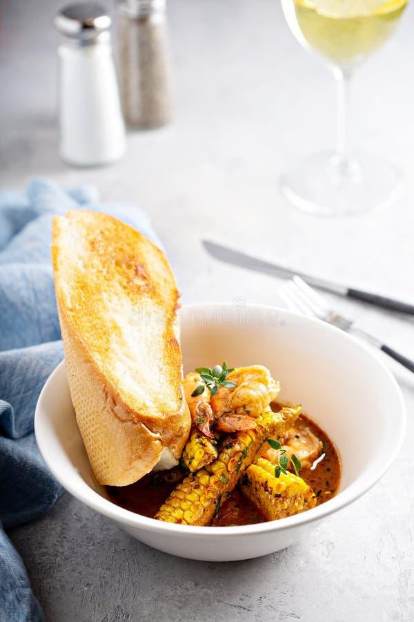 Sopa de peixe do milho e do camarão fotografia de stock royalty free