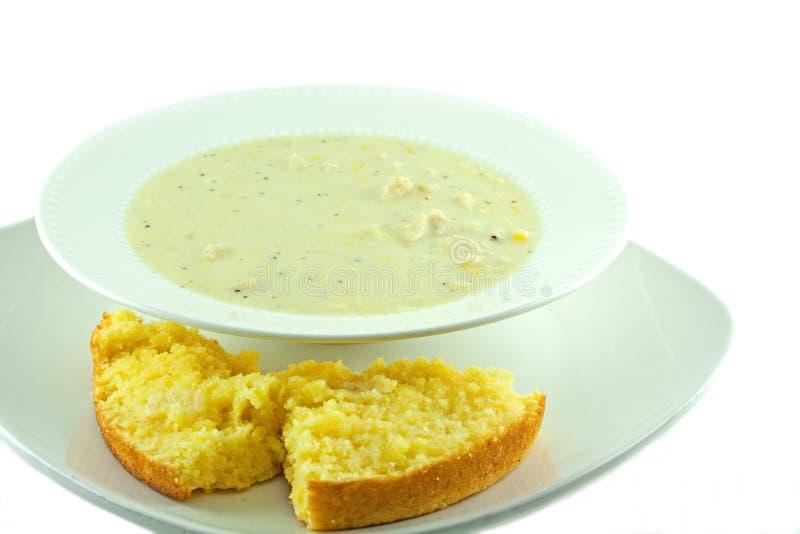 Sopa de pescado de maíz hecha en casa del pollo con pan de maíz imagenes de archivo