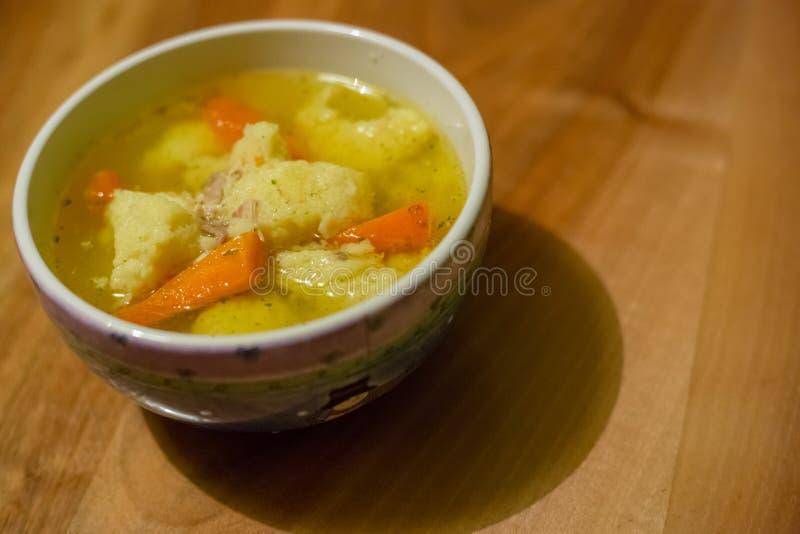 Sopa de pollo caliente con las bolas de masa hervida y la zanahoria fotografía de archivo libre de regalías